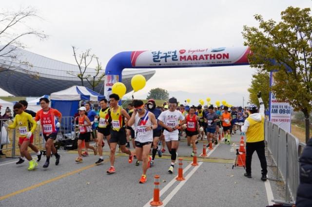 지난해 11월 10일 대구마라톤협회가 주최한 제15회 달구벌마라톤대회에서 시민들이 달리고 있다. 대구마라톤협회 제공