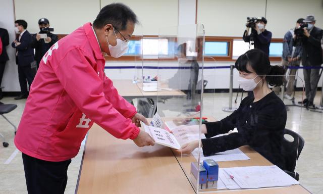 제21대 총선에서 대구 수성을에 출마하는 무소속 홍준표 후보가 26일 오전 대구 수성구 선거관리위원회에서 후보등록을 하고 있다. 김영진 기자 kyjmaeil@imaeil.com