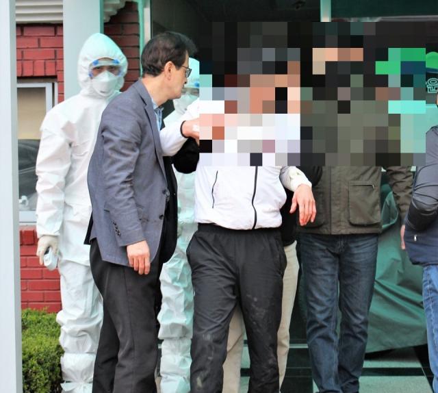오는 총선에 출마하는 더불어민주당 이재용 후보(대구 중남구)가 지난 26일 아파트 옥상에서 소동을 일으킨 30대 남성을 구했다. 민주당 대구시당 제공