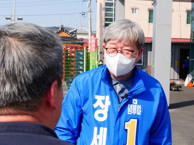 30일 오후 장세호 더불어민주당 후보가 경북 칠곡군 왜관읍 로얄사거리 인근에서 주민과 이야기를 나누고 있다. 이남영 기자