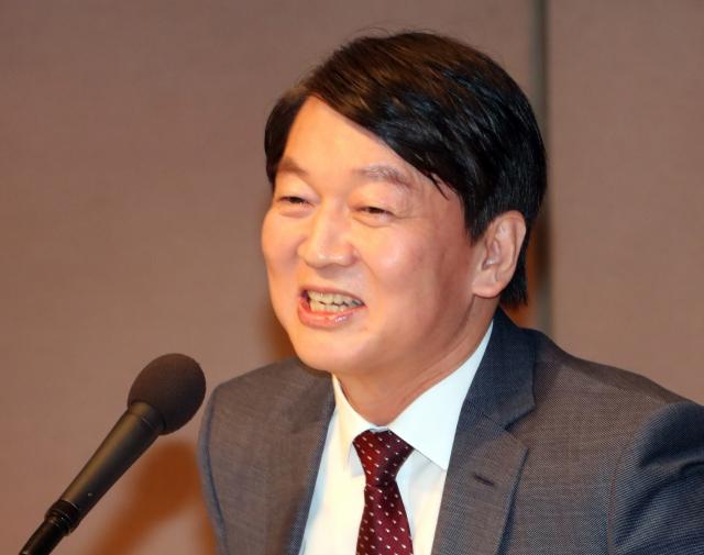 국민의당 안철수 대표가 31일 오전 서울 한국프레스센터에서 열린 관훈토론회에서 웃음을 짓고 있다. 연합뉴스
