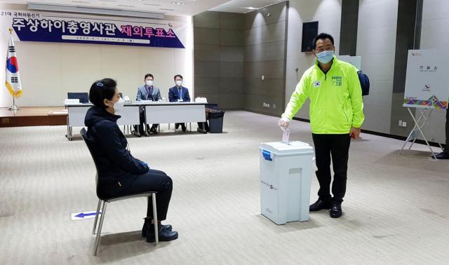 1일(현지시간) 주상하이 한국 총영사관 1층 강당에 있는 재외 투표소에서 가장 먼저 투표한 박상윤 상하이 한국상회 회장이 투표용지를 담은 봉투를 투표함에 넣고 있다. 연합뉴스