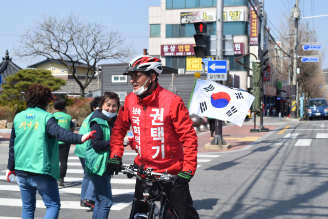 21대 총선 안동예천 선거구에 무소속으로 출마한 권택기 후보가 최근 안동시 용상동 일대를 자전거를 타고 다니며 이름과 얼굴을 알리는 모습. 권택기 후보 제공