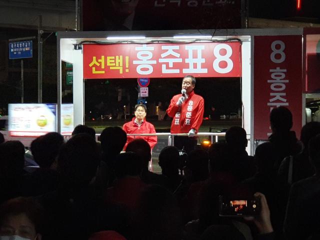 홍준표 무소속 후보가 4일 저녁 8시 수성못을 찾아 시민들의 각종 물음에 답하는 '정치 버스킹'을 진행하고 있다.