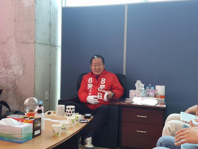 홍준표 무소속 후보(수성을)가 6일 선거사무실에서 기자간담회를 열었다. 강은경 기자 ekkang@imaeil.com