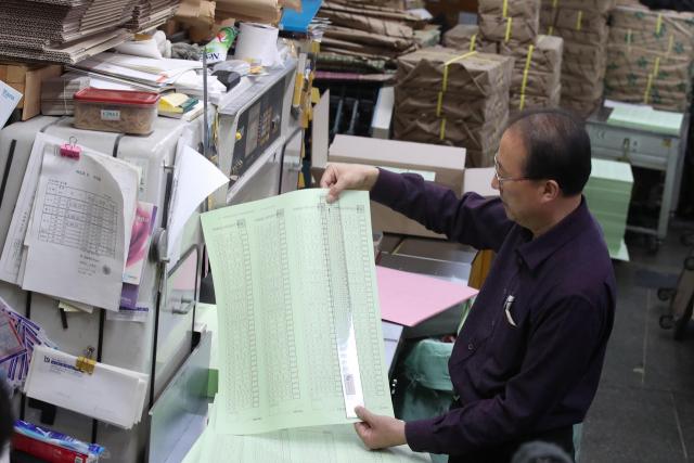 4·15 총선을 9일 앞둔 6일 오후 서울 중구의 한 인쇄소에서 관계자가 투표용지를 확인하고 있다. 연합뉴스
