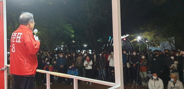 수성을 홍준표 무소속 후보가 수성못 상화동산에서 정치 버스킹을 진행하고 있다. 캠프 제공