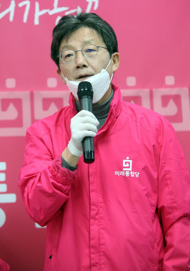 미래통합당 유승민 의원이 7일 오전 대전 유성갑에 출마한 장동혁 후보 선거사무소에서 장 후보 지지를 호소하고 있다. 연합뉴스