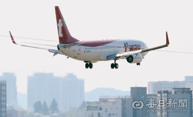 제주발 티웨이 항공기가 대구국제공항으로 착륙하고 있다. 매일신문DB