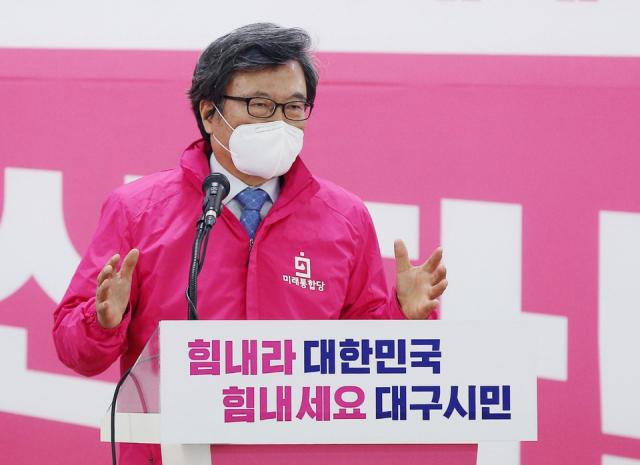 김형기 미래통합당 대구공동선대위원장이 8일 특별법 제정을 주요 내용으로 하는 '코로나 재난 이후 대구재건계획'을 발표하고 있다. 미래통합당 대구시당 제공