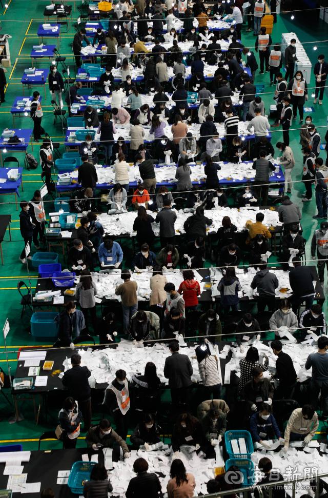 15일 오후 대구체육관에 마련된 제21대 국회의원 선거 개표장에서 개표 종사자들이 사전투표함을 개함해 투표지를 분류하고 있다. 우태욱 기자 woo@imaeil.com