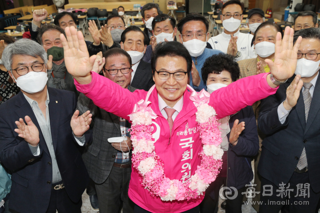 제21대 총선 대구 달서병에서 승리한 미래통합당 김용판 당선인이 15일 오후 성당동 선거사무소에서 꽃다발을 목에 걸고 기뻐하고 하다. 성일권 기자 sungig@imaeil.com