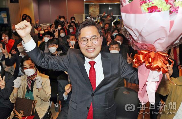 제21대 총선 대구 달서갑에서 승리한 미래통합당 홍석준 당선인이 15일 용산동 선거사무소에서 기뻐하고 있다. 성일권 기자 sungig@imaeil.com