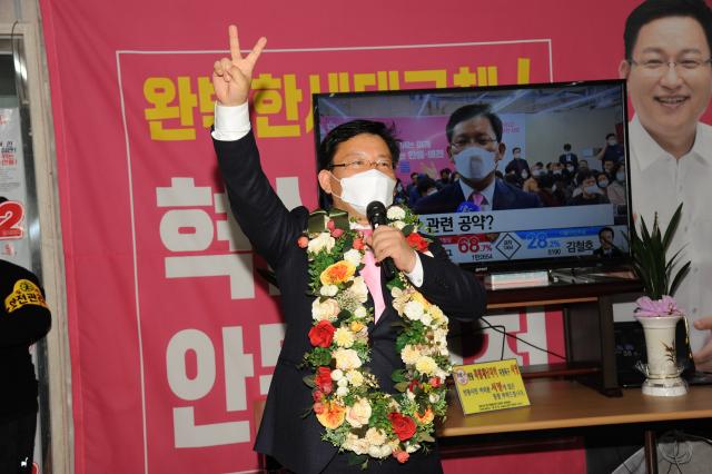 김형동 안동예천지역 국회의원 당선인이 자신의 번호인 2를 표시하는 승리의 브이(V) 포즈를 취하고 축하 소감을 발표하고 있다. 김형동 캠프 제공