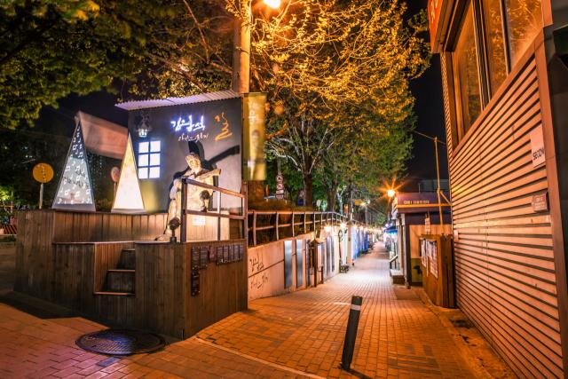 한국관광공사의 야간관광 100선에 선정된 대구 중구 대봉동 '김광석 다시 그리기 길'의 모습. 대구 중구청 제공