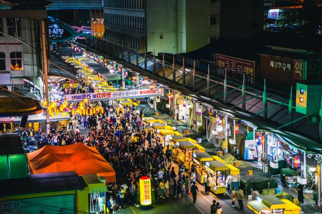 한국관광공사의 야간관광 100선에 선정된 대구 중구 대신동 서문시장 야시장의 모습. 대구 중구청 제공