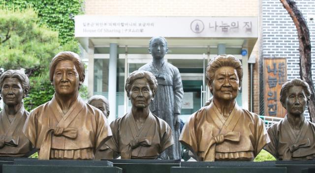 경기도 광주시 나눔의 집에 세워져 있던, 돌아가신 위안부 피해 할머니들의 흉상. 연합뉴스