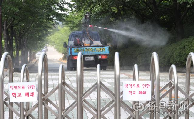 지난 21일 코로나19 확진자 발생으로 폐쇄된 대구 농업마이스터고등학교에서 방역 관계자가 소독하고 있다. 성일권 기자 sungig@imaeil.com