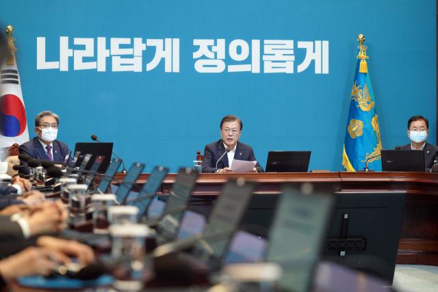 문재인 대통령이 지난 8일 청와대에서 수석·보좌관 회의를 주재하고 있다. 연합뉴스
