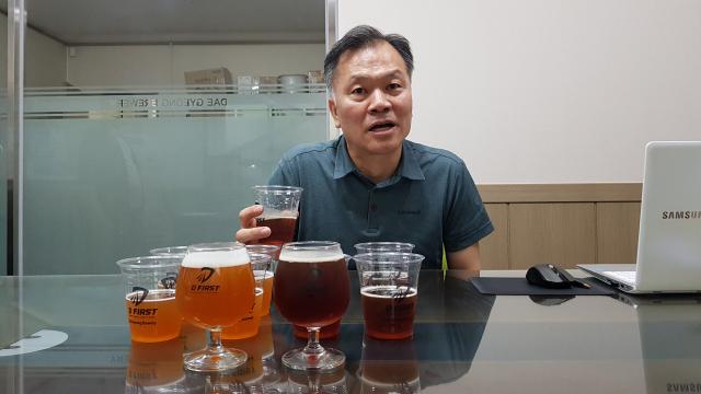 문준기 대경맥주 대표이사가 새롭게 개발한 대구 수제맥주 2종을 소개하고 있다. 채원영 기자