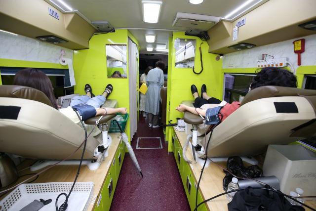지난 8월 신천지 대구교회 신도들이 혈장 공여에 참여하고 있다. 매일신문 DB