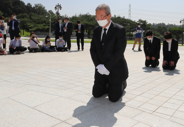미래통합당 김종인 비상대책위원장이 19일 오전 광주 북구 국립 5·18 민주묘지에서 무릎을 꿇고 참배하고 있다. 연합뉴스
