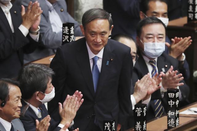 일본 도쿄의 중의원 선거에서 새 총리로 선출된 스가 요시히데가 의원들의 박수에 고개를 숙이고 있다. 연합뉴스