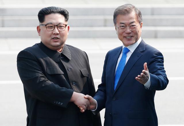 지난 2018년 4월 27일 판문점 군사분계선에서 만난 문재인 대통령(오른쪽)과 김정은 북한 국무위원장. 연합뉴스