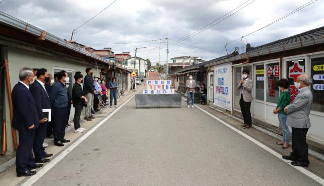 경북 의성군 안계면 안계시장에 청년들이 운영하는 '기억상점' 개점식에 김주수 의성군수와 안계시장 상인 등이 참석해 청년들을 격려하고 있다. 의성군 제공