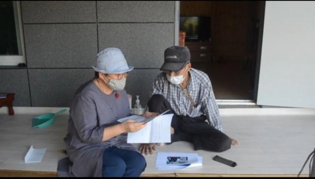 대통령 영부인 김정숙 여사가 보낸 서한문을 경북 의성군의 생활지원사가 홀몸 노인들에게 대신 읽어주고 있다 의성군 제공