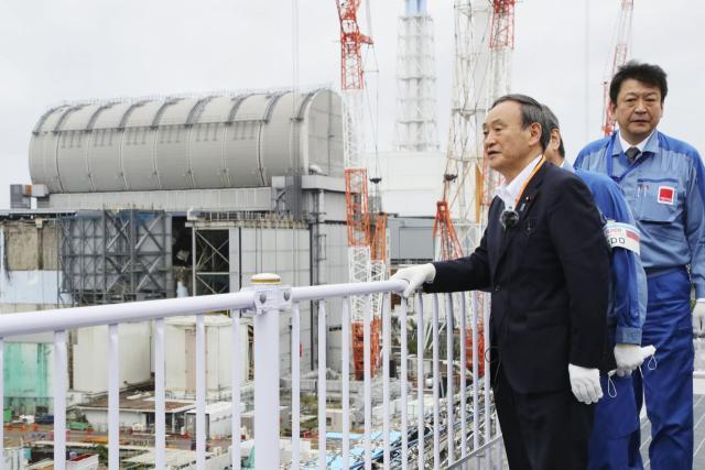 스가 요시히데 일본 총리가 지난달 26일 2011년 3월 동일본대지진 당시 폭발사고가 났던 후쿠시마 제1원전을 방문해 폐로 작업이 진행 중인 현장을 둘러보고 있다. 연합뉴스