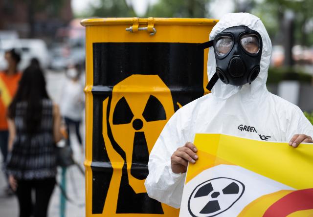서울 종로구 주한일본대사관 앞에서 열린 '후쿠시마 오염수 방류 반대 기자회견'에서 그린피스 회원들이 관련 퍼포먼스를 하고 있다. 연합뉴스