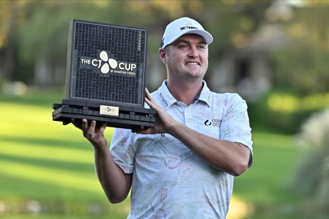 제이슨 코크랙(35·미국)이 19일 미국 네바다주 노스라스베이거스의 섀도 크리크 골프클럽(파72)에서 열린 미국프로골프(PGA) 투어 더 CJ컵(총상금 975만달러)에서 우승한 뒤 트로피를 들어 보이고 있다. 연합뉴스