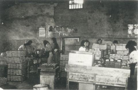1970년대 경북 의성군 의성읍 도동리 '성광성냥공장'에서 직원들이 성냥을 생산하고 있다. 의성군 제공