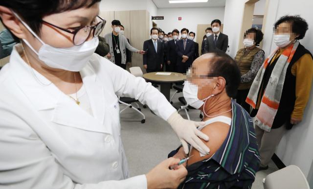 정세균 국무총리(뒤쪽 가운데)가 21일 오후 독감 예방접종 현장 점검으로 세종시 연동면 보건지소를 찾아 주민들의 독감 예방접종을 살피고 있다. 연합뉴스