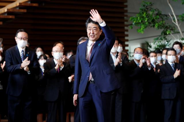 사임을 표명한 아베 신조 일본 총리가 도쿄의 총리관저를 떠나면서 배웅하는 직원들에게 손을 흔들고 있다. 연합뉴스