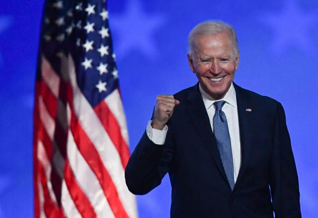 조 바이든 미국 민주당 대선 후보가 대선 다음날인 4일(현지시간) 새벽 자택이 있는 델라웨어주 윌밍턴의 체이스 센터에서 입장 발표에 나서며 주먹을 들어 보이고 있다. 연합뉴스
