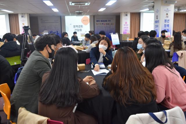 6일 열린 '청년정책네트워크 정책제안 최종공유회'에서 청년 위원들이 의견을 나누고 있다. 대구시 제공