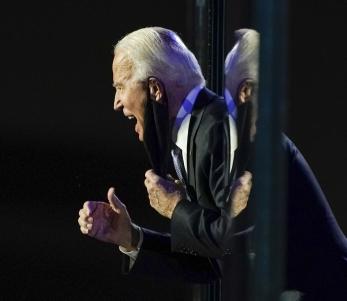 조 바이든 미국 대통령 당선인이 7일(현지시간) 델라웨어주 윌밍턴에서 열린 축하행사에서 승리를 선언하는 연설을 마친 뒤 군중을 향해 제스처를 취하고 있다. 연합뉴스
