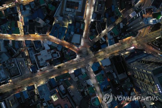 지난 2월 24일 오후 6시 40분쯤 대구 중구 동성로의 중앙파출소 삼거리 일대가 차량과 오가는 사람이 뜸하다. 연합뉴스