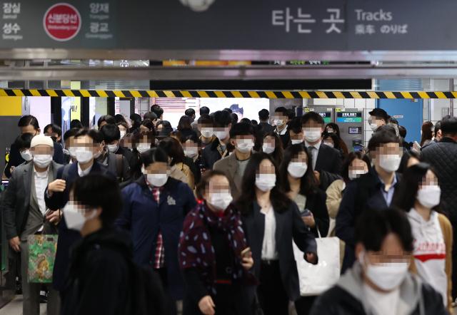 지난 13일 오전 서울 강남역에서 마스크를 쓴 시민들이 출근길을 재촉하고 있다. 연합뉴스