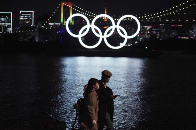 일본 국민 5명 중 4명은 도쿄올림픽·패럴림픽 개최를 중지하거나 재연기해야 한다고 생각하는 것으로 조사됐다. 교도통신이 9~10일 실시한 여론조사에서 올해 여름 개최 예정인 도쿄올림픽·패럴림픽에 대해 35.3%는 올림픽을 중지하거나 재연기 해야한다고 답변했다. 사진은 오륜기가 걸린 도쿄 오다이바를 거니는 시민들의 모습. 연합뉴스