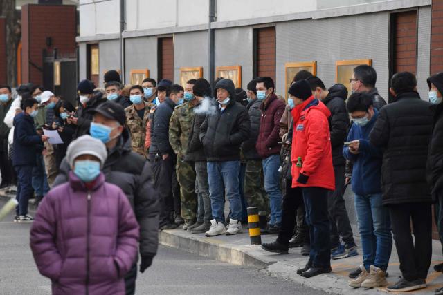 중국 수도 베이징의 한 주민센터에 마련된 신종 코로나바이러스 감염증(코로나19) 백신 접종소 앞에 12일 차례를 기다리는 접종 대상자들이 길게 줄지어 서 있다. 중국 보건당국은 인구 대이동이 일어나는 최대 명절 춘제(春節)를 앞두고 베이징과 상하이, 선전 등 주요 도시의 의료진과 세관, 공공 운수 종사자를 대상으로 대규모 백신 접종을 시행 중이다. 연합뉴스