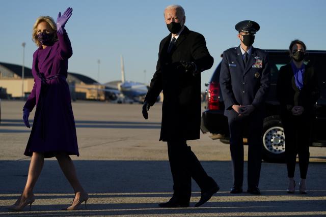 제46대 미국 대통령 취임을 하루 앞둔 조 바이든 당선인과 부인 질 바이든 여사가 19일(현지시간) 취임식을 위해 워싱턴DC 인근 앤드루스 공군기지에 도착해 손을 흔들고 있다. 연합뉴스