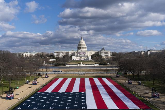 조 바이든 미국 대통령·카멀라 해리스 부통령 당선인의 취임식을 이틀 앞둔 18일(현지시간) 워싱턴DC 내셔널몰 잔디밭에 대형 성조기가 펼쳐져 있다. 내셔널몰은 의회의사당과 워싱턴기념탑, 링컨기념관을 잇는 워싱턴DC의 명소다. 연합뉴스