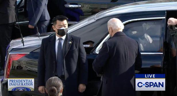 20일 열린 조 바이든 대통령 취임식에 앞서 차에서 내리는 바이든 대통령을 수행하고 있는 데이비드 조(사진 왼쪽)의 모습. 트위터 갈무리