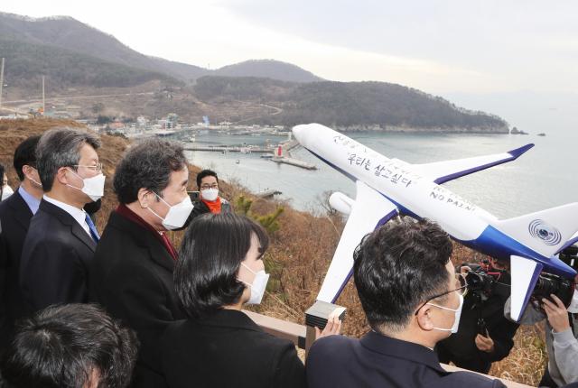 더불어민주당 이낙연 대표가 지난 21일 오후 부산 강서구 대항전망대에서 가덕도신공항 예정지를 둘러보고 있다. 연합뉴스
