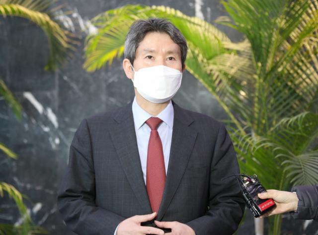 이인영 통일부 장관이 1일 오후 정부서울청사로 들어오며 기자들의 질문에 답하고 있다. 연합뉴스