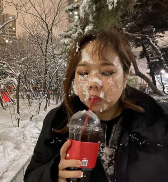 얼어 죽어도 아이스아메리카노를 마시는 이들의 패기는 한겨울 날씨에도 꺾이지 않는다. 출처=개그맨 홍현희 인스타그램