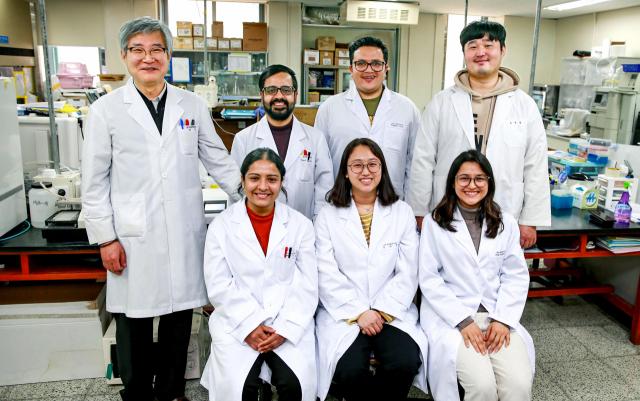 대구가톨릭대 보건면역학연구소 허용 교수(사진 맨 왼쪽)와 연구진들. 대구가톨릭대 제공